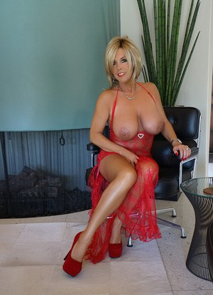Sexy Nude Housewife Pics