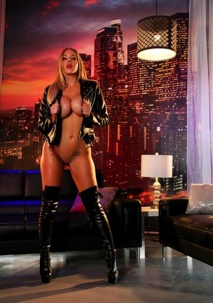 Sexy Nude Babes in Boots Pics