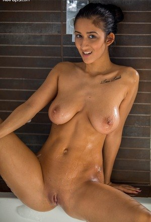 Sexy Nude Shaved Pyssy